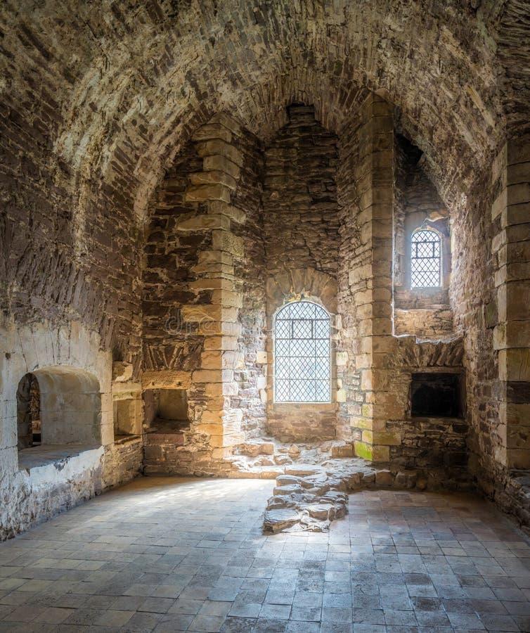 Vista interna no castelo de Doune, fortaleza medieval perto da vila de Doune, no distrito de Stirling de Escócia central imagens de stock
