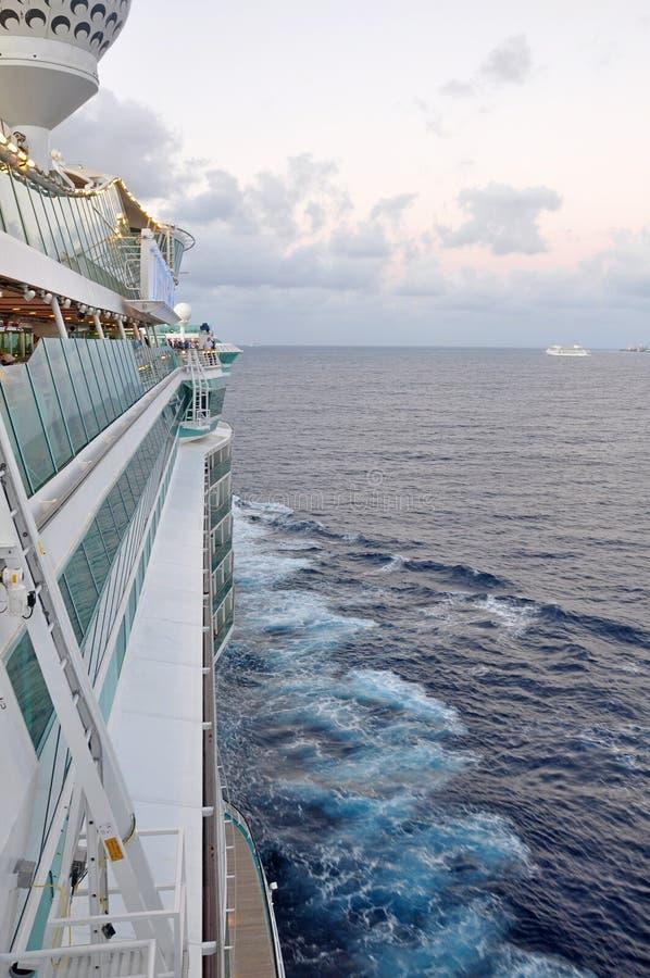 Vista internazionale caraibica reale di navigazione della nave da crociera da una piattaforma immagini stock
