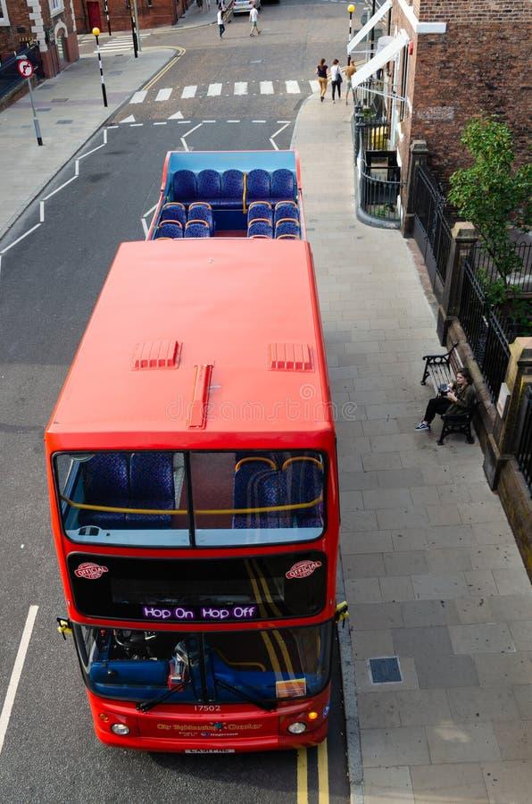 Vista inusual del autobús turístico en Chester foto de archivo