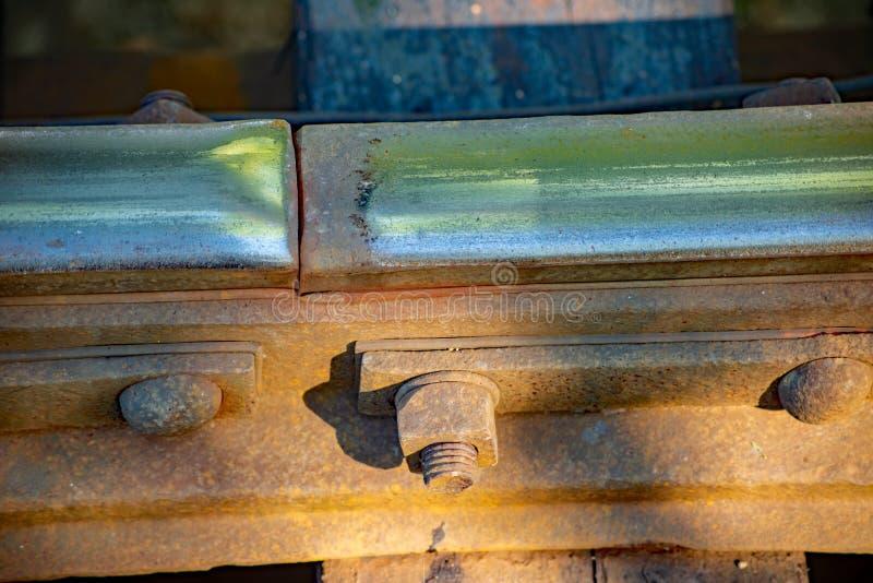 Vista isolata dei bulloni che tengono le rotaie sul cavalletto ferroviario d'annata fotografie stock libere da diritti
