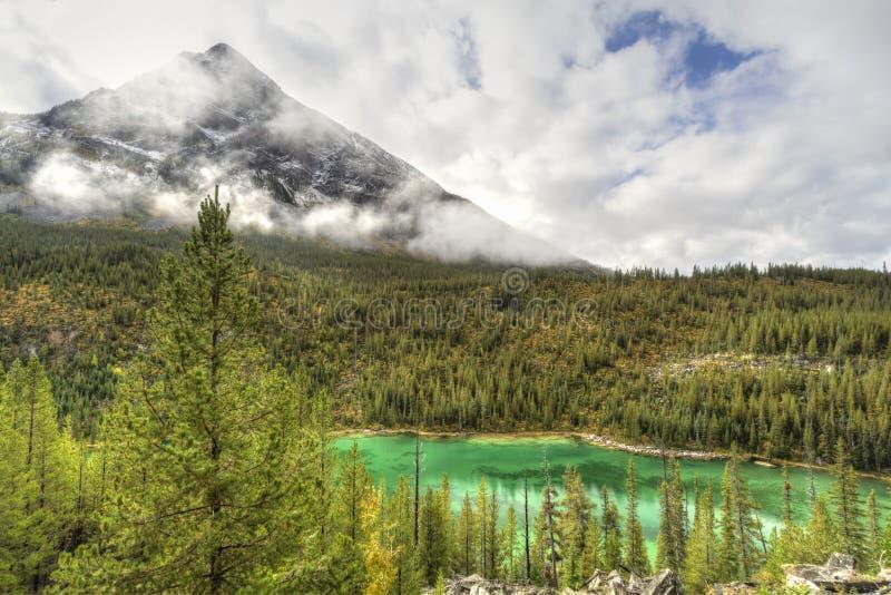 Vista jezioro i burzy góra zdjęcie stock