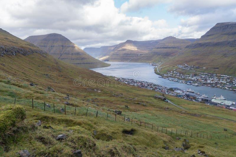 Vista a Klaksvik e o som entre Kunoy e Bordoy, Ilhas Faroé, Dinamarca imagens de stock royalty free