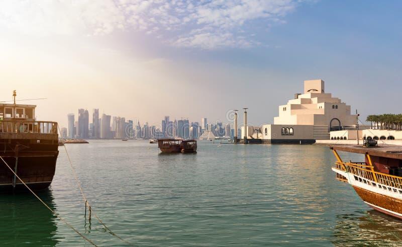 Vista a la bahía de Doha y del museo del arte islámico fotografía de archivo libre de regalías