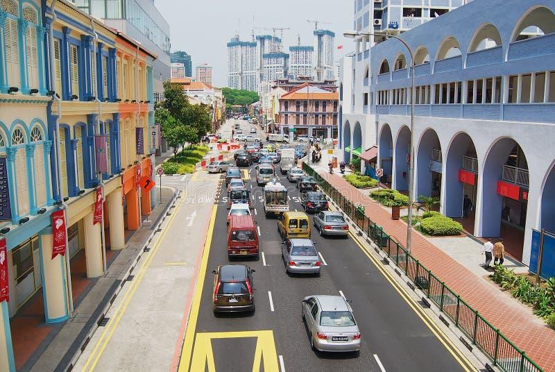 Vista a la calle colorida con los coches que pasan cerca en Singapur, Singapur foto de archivo