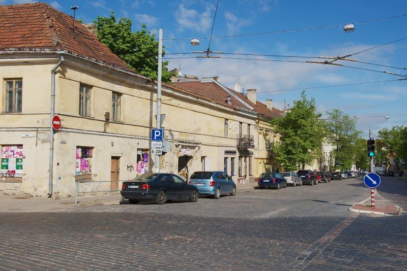 Vista a la calle de la ciudad vieja en Vilna, Lituania imagen de archivo libre de regalías