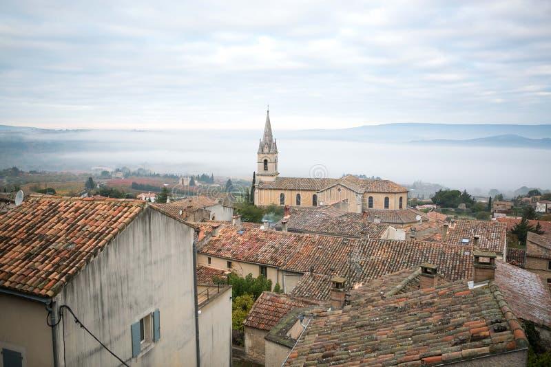 Vista a la ciudad antigua de Bonnieux en Provence Francia foto de archivo