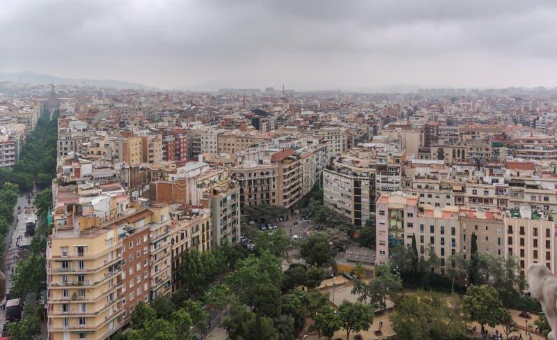 Vista a la ciudad de Barcelona desde arriba de la basílica foto de archivo