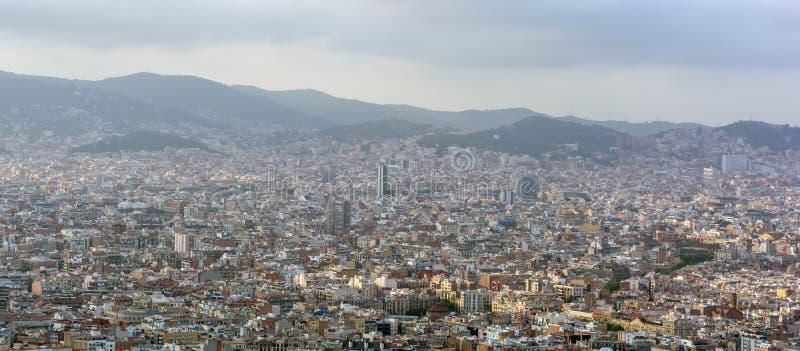 Vista a la ciudad de Barcelona desde arriba de la colina de Montjuic foto de archivo libre de regalías