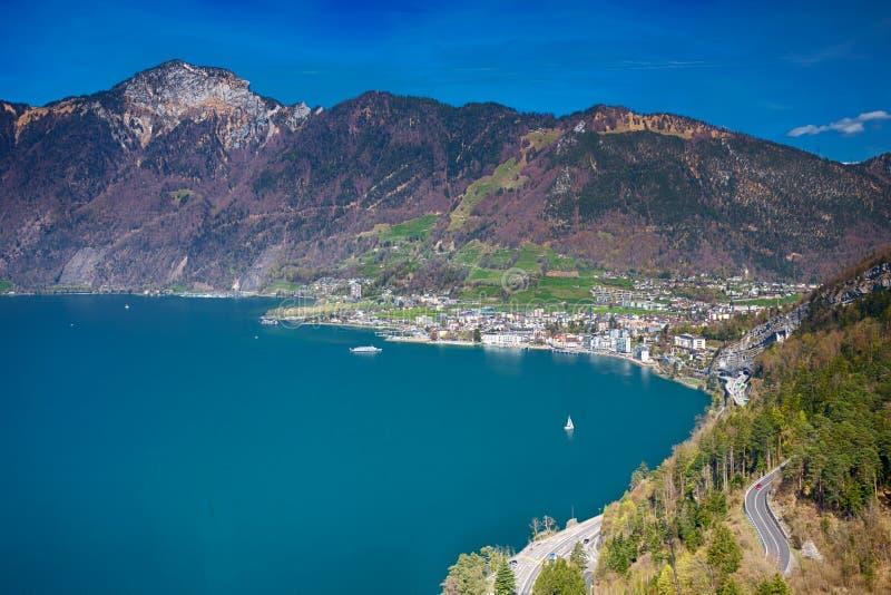 Vista a la ciudad de Brunnen, a las montañas suizas y al lago lucerne de Morschach fotografía de archivo libre de regalías