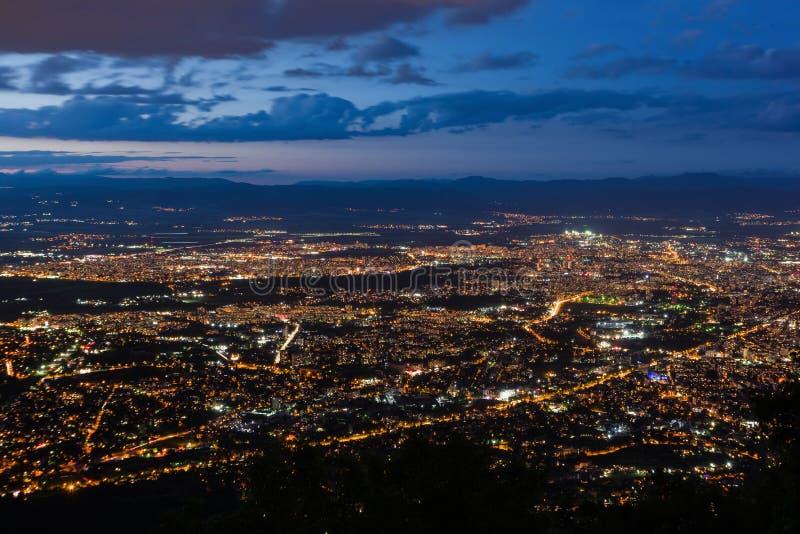 Vista a la ciudad de Sofía en la oscuridad Visión desde la colina de Kopitoto, montaña de Vitosha, Bulgaria imagen de archivo