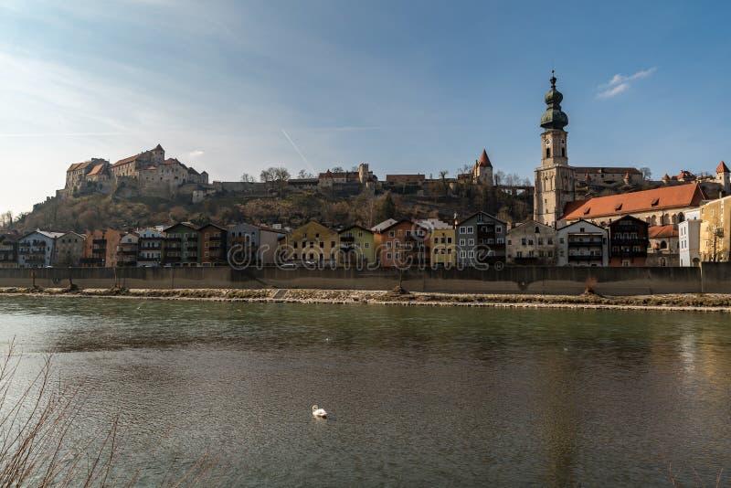 Vista a la ciudad vieja de Burghausen en luz del día foto de archivo