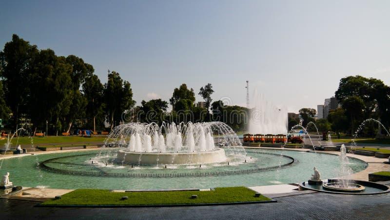 Vista a la fuente en el parque de la reserva, Lima, Perú imagenes de archivo