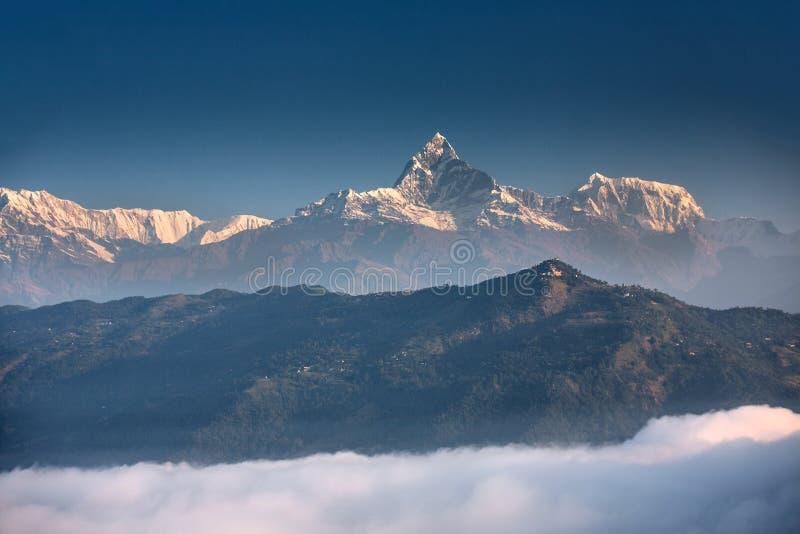 Vista a la montaña de Machhapuchhre en Nepal fotos de archivo