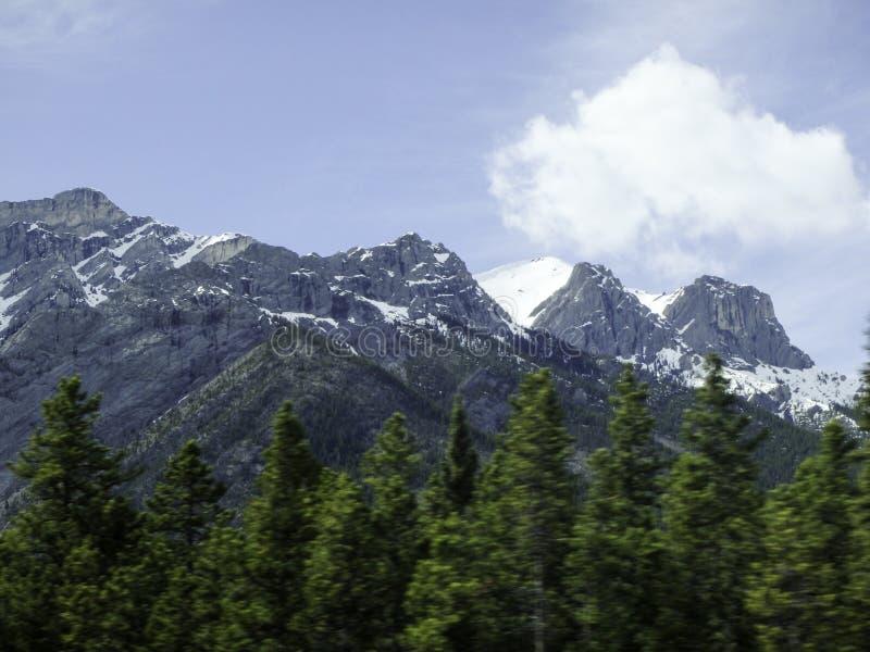 vista a la montaña nevosa en Canadá foto de archivo libre de regalías