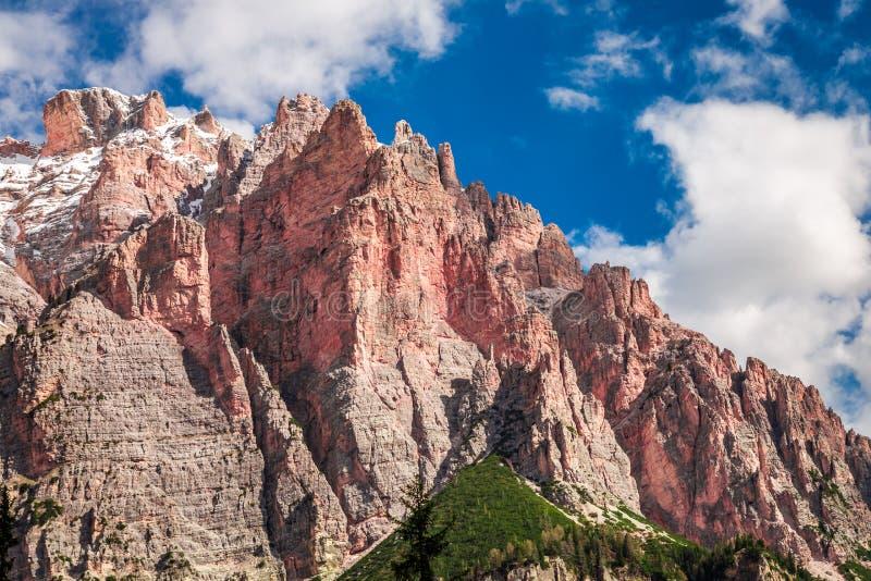 Vista a la montaña roja en dolomías en la primavera, Italia fotografía de archivo libre de regalías