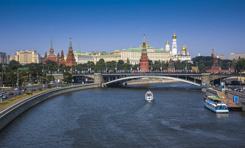 Vista a la Moscú el Kremlin del puente sobre el río de Moscú fotografía de archivo