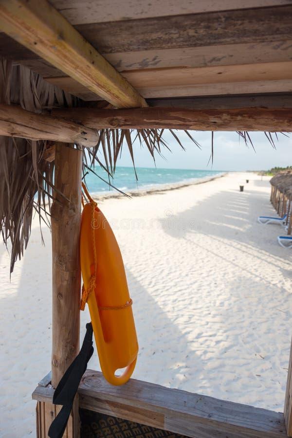 Vista a la playa de la torre del salvavidas, Cayo Guillermo, Cuba foto de archivo libre de regalías