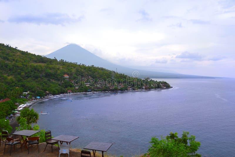 Vista a la playa y al volcán de Amed del acantilado fotografía de archivo libre de regalías