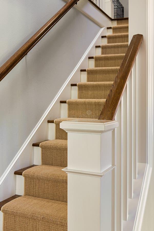 Vista larga da escadaria de madeira foto de stock
