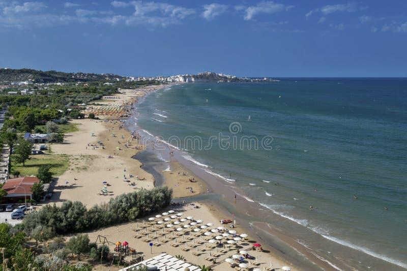 Vista larga da praia de Vieste fotos de stock royalty free