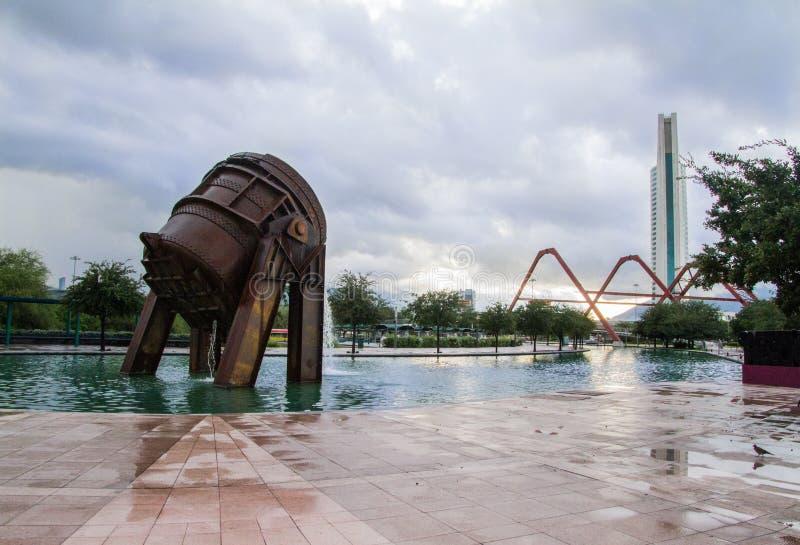 Vista larga do clisol que foi usado na elaboração do ferro fundido Está no parque da fundição de Monterrey México foto de stock