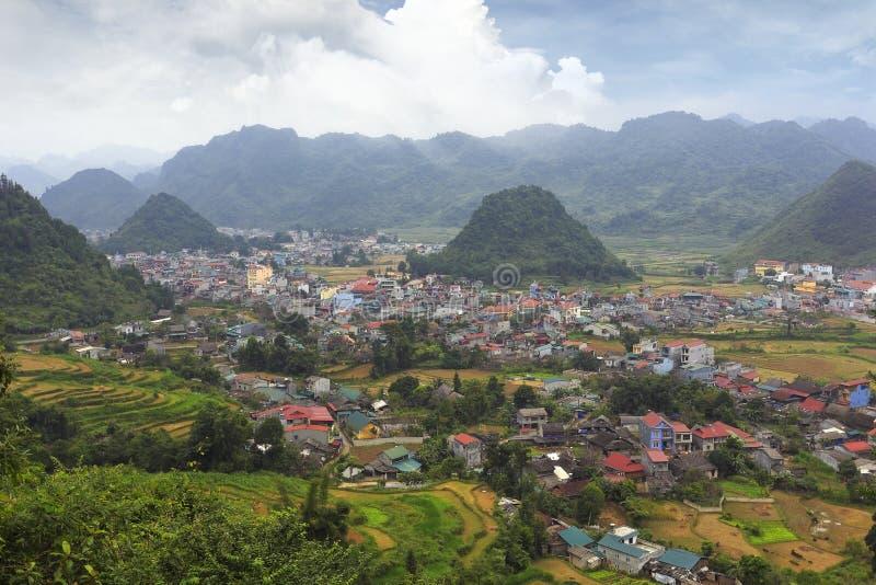 Vista larga do vale, Vietnam foto de stock