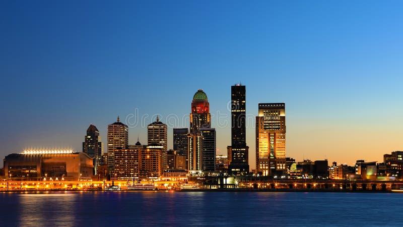 Vista larga skyline de Louisville, Kentucky na noite imagens de stock