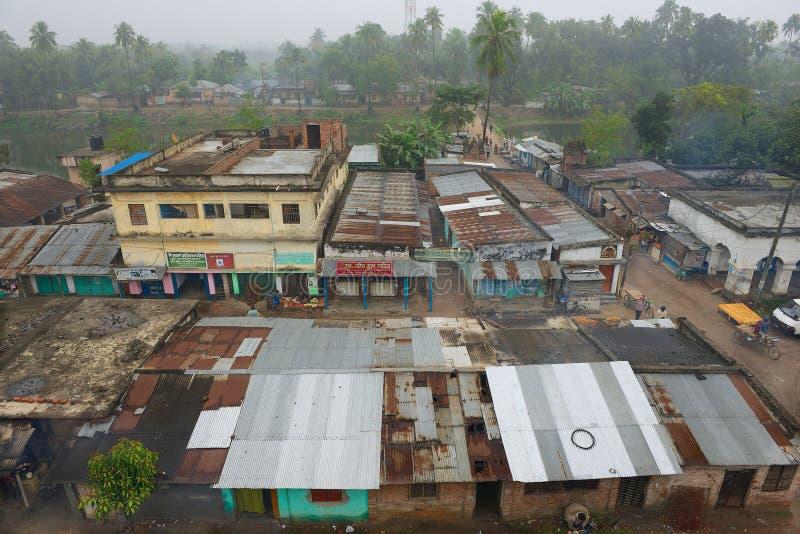 Vista a las casas de los tugurios en Puthia céntrico, Bangladesh fotos de archivo