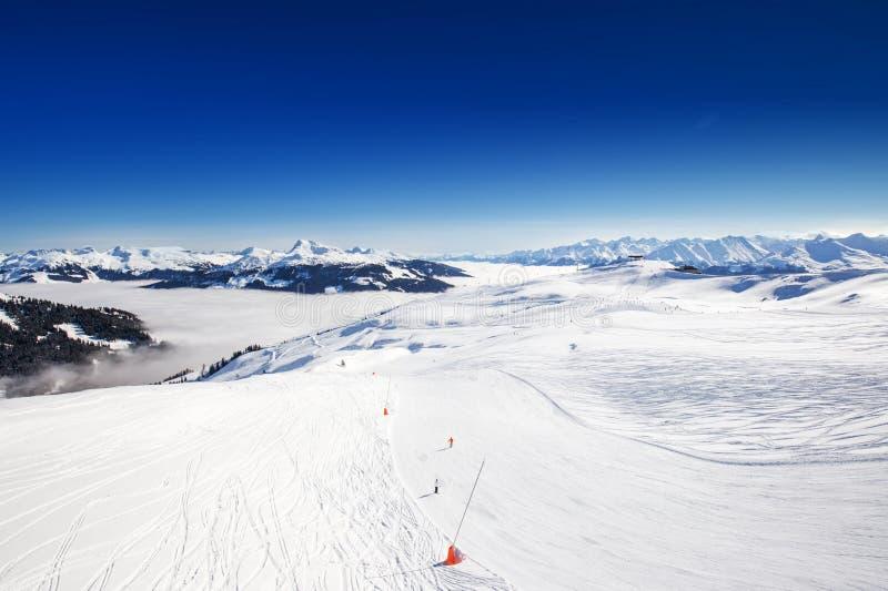 Vista a las montañas alpinas en Austria de la estación de esquí de Kitzbuehel - una de la mejor estación de esquí del mundo imagen de archivo libre de regalías