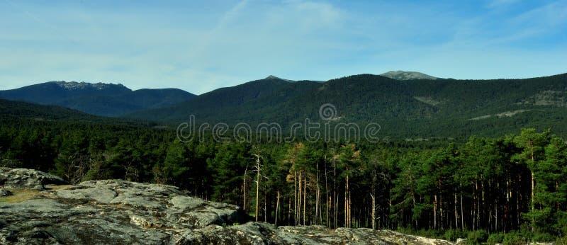 Vista a las montañas de Gudarrama de ValsaÃn imágenes de archivo libres de regalías