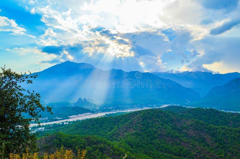 Vista a las montañas de la colina en Kemer fotografía de archivo