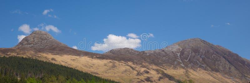 Vista a las montañas que rodean el panorama de Glen Coe Scotland Reino Unido del pueblo de Glencoe foto de archivo libre de regalías