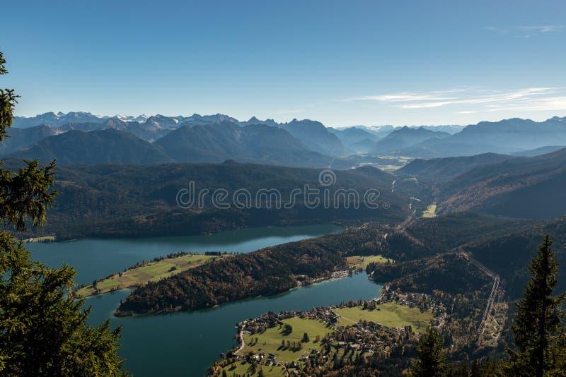 Vista a las montañas y al Walchensee imagen de archivo
