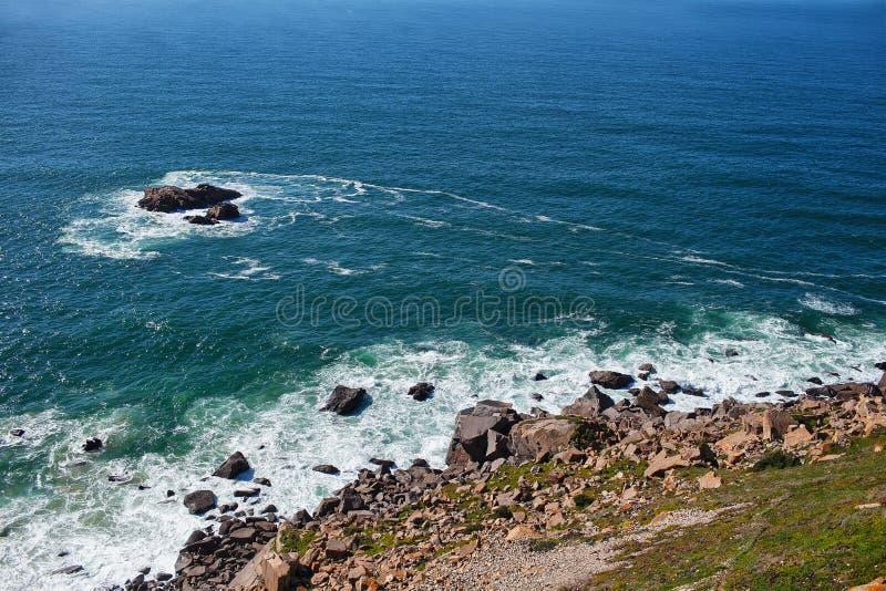 Vista a las rocas y al océano imagen de archivo
