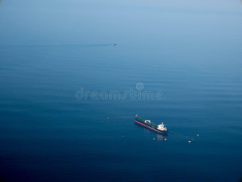 Vista lateral aérea de la nave del buque de petróleo foto de archivo