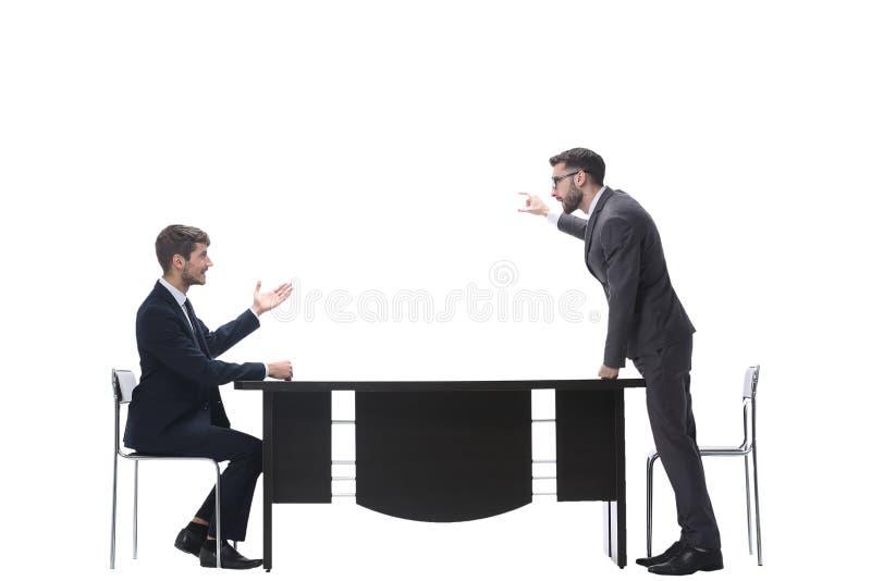 Vista lateral colegas do negócio que discutem algo perto do desktop fotos de stock