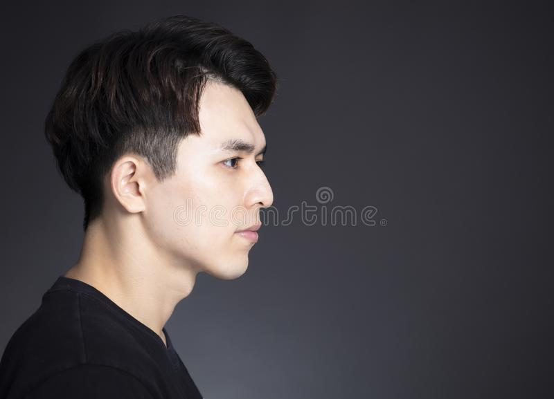 Vista lateral da cara considerável nova do homem fotografia de stock royalty free