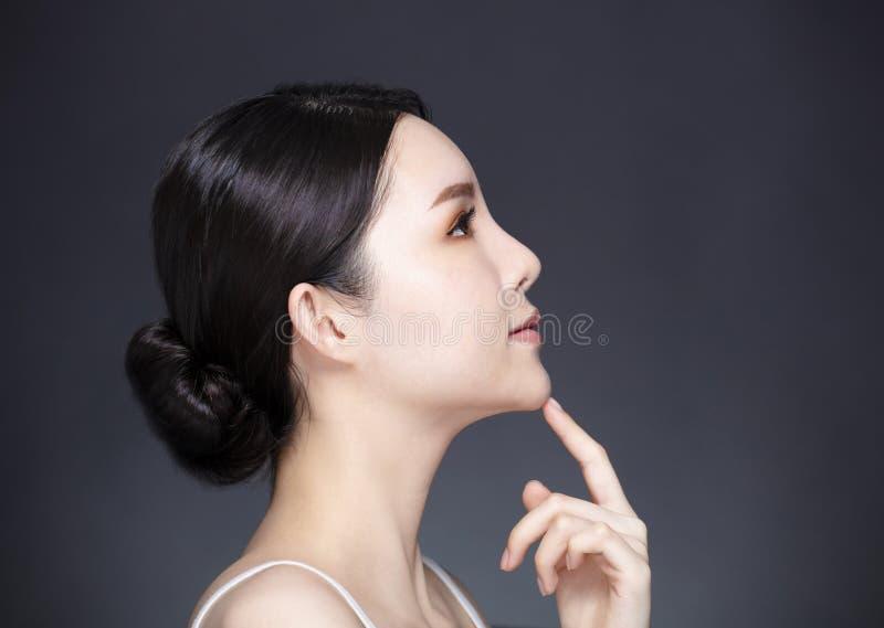 Vista lateral da cara nova da beleza foto de stock