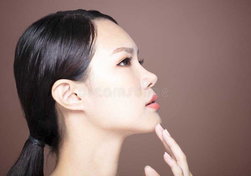 Vista lateral da cara nova da beleza imagem de stock
