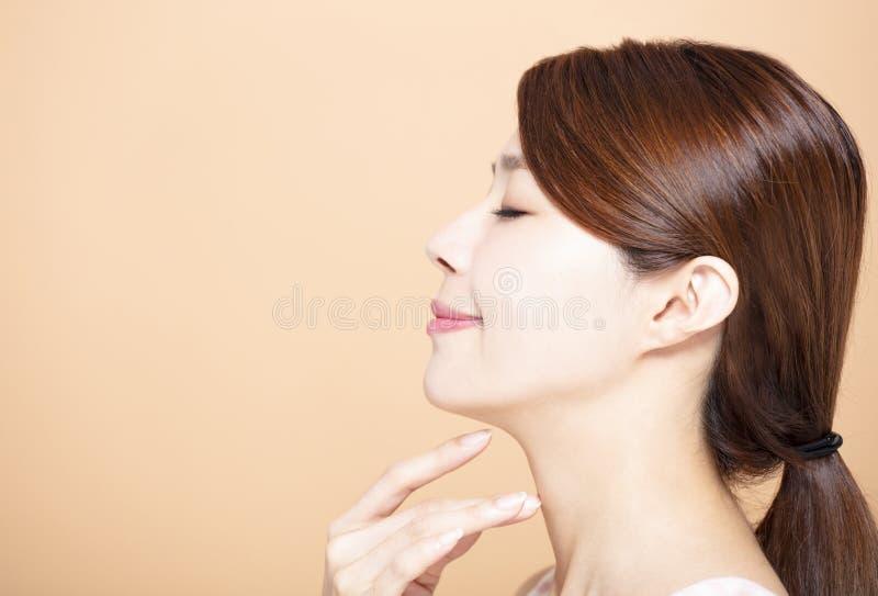Vista lateral da cara nova de sorriso da beleza imagens de stock