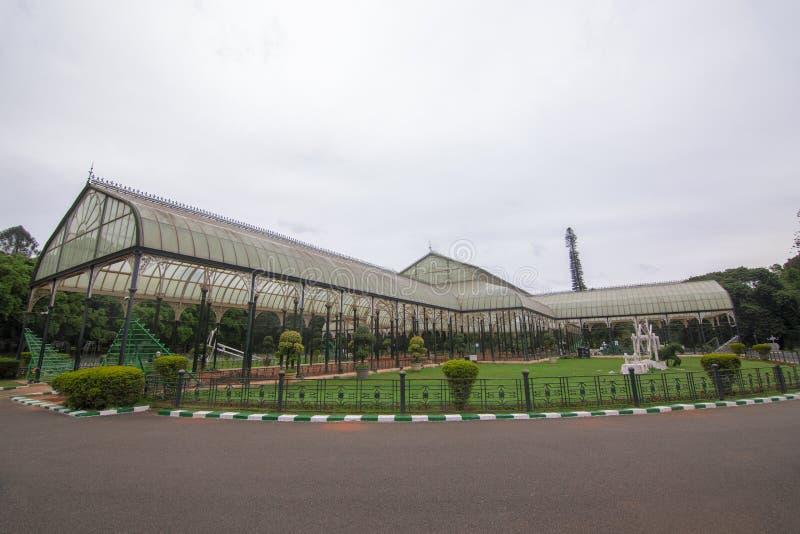 Vista lateral da casa de vidro famosa no jardim botânico de Lalbagh, Bangalore, karnataka, Índia fotografia de stock royalty free