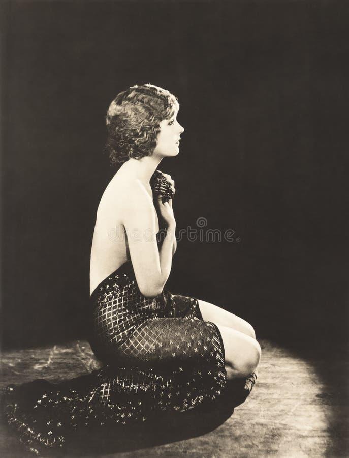 Vista lateral da coberta despida da mulher ela mesma com tela fotos de stock