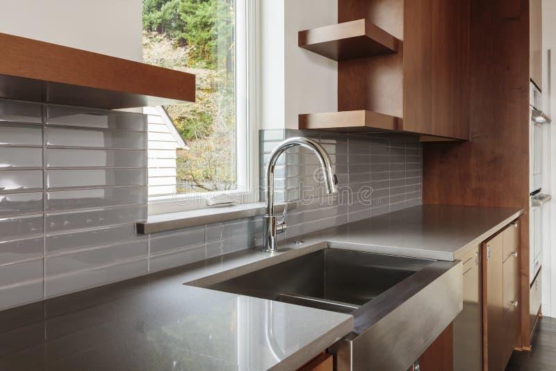 Vista lateral da cozinha e do dissipador fotografia de stock
