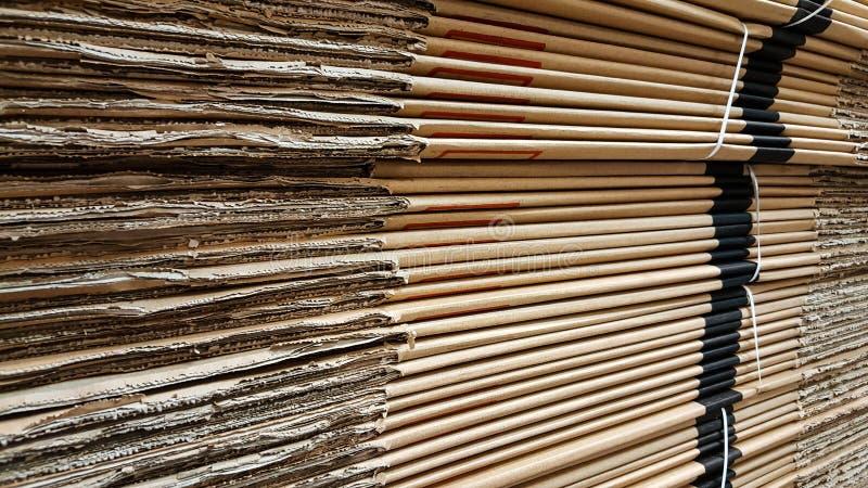Vista lateral da pilha do cartão ondulado em uma fábrica fotografia de stock