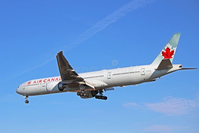 Vista lateral de Air Canada Boeing 777-300ER B77W foto de archivo libre de regalías