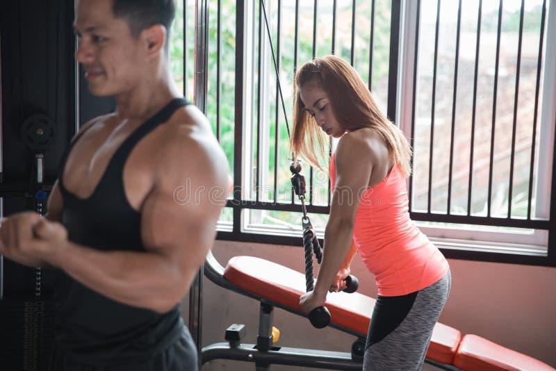 Vista lateral de atlético muscular novo dos pares imagens de stock
