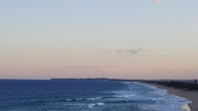 Vista lateral de la altura de la costa de la sol foto de archivo