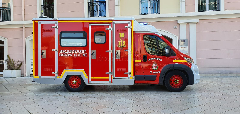 Vista lateral de la ambulancia del cuerpo de bomberos foto de archivo libre de regalías