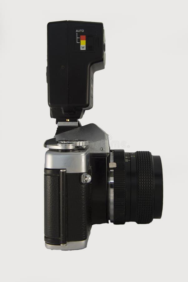 vista lateral de la cámara de la película de 35m m con la lente y el flash fotografía de archivo