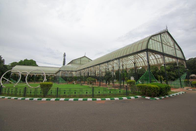 Vista lateral de la casa de cristal famosa en el jardín botánico de Lalbagh, Bangalore, Karnataka, la India foto de archivo libre de regalías